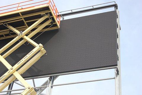 m6-wallsall-digital-billboard-cherrypicker